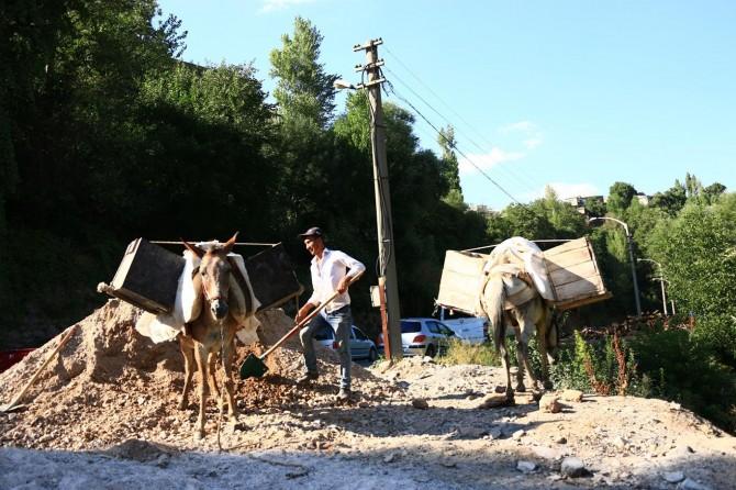 Bitlis'te kanalizasyon yapımı için at sırtında malzeme taşınıyor