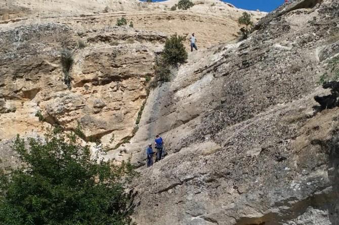 Batman Hasankeyf'te kayalıkta mahsur kalan çoban ve hayvanları kurtarıldı