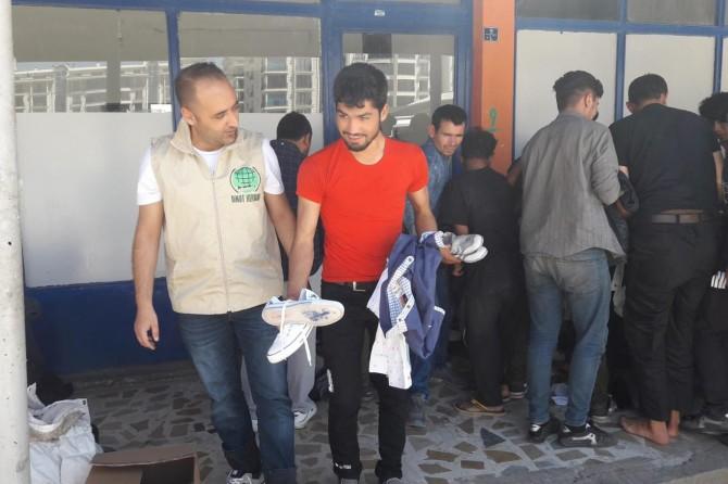 Umut Kervanından Tatvan'da 260 aileye giyim ve kundura yardımı