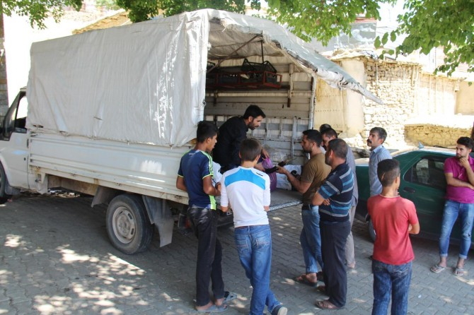 Diyarbakır Hazro'da köy köy dolaşıp sebze ve meyve satıyor