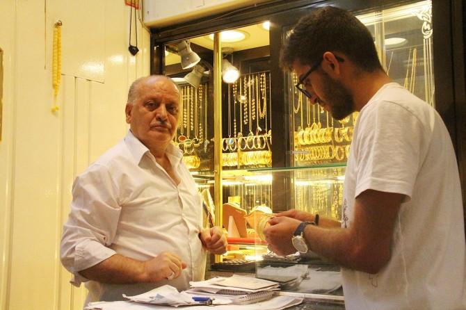 Diyarbakır'da vatandaş yastık altında tuttuğu altınını satıyor