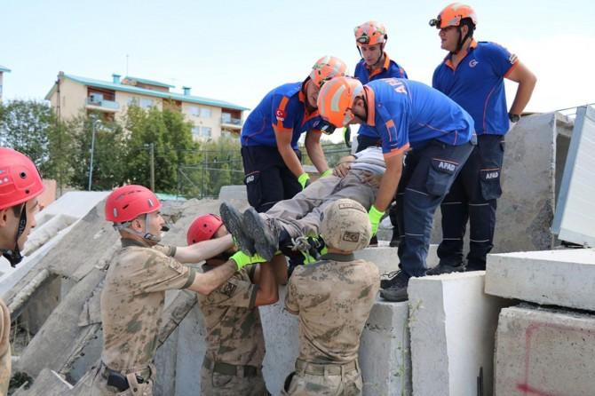 Van'da Jandarma ve AFAD ekibinden deprem tatbikatı