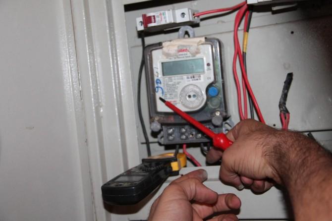Kaçak kontrolü yaparken elektrik akımına kapıldı
