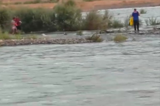 Bingöl'de Murat Nehrinin suyu yükselince mahsur kaldılar