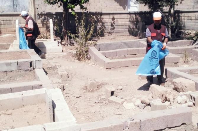Kızıltepe'de mezarlıklarda bayram temizliği