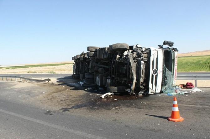 Mardin Nusaybin'de kömür yüklü TIR devrildi: 1 ölü 1 yaralı