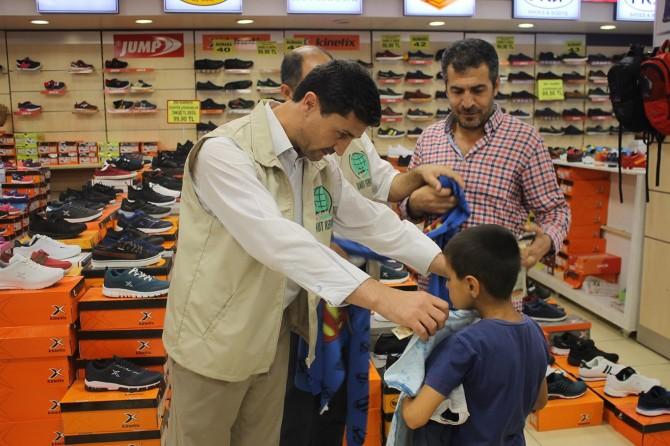 Muş Umut Kervanından yüzlerce çocuğa bayramlık yardımı