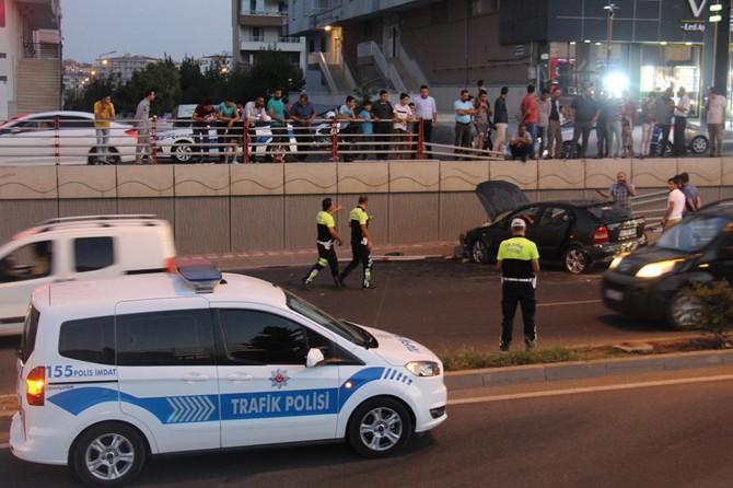 Diyarbakır'da seyir halindeki otomobil üst geçitten düştü