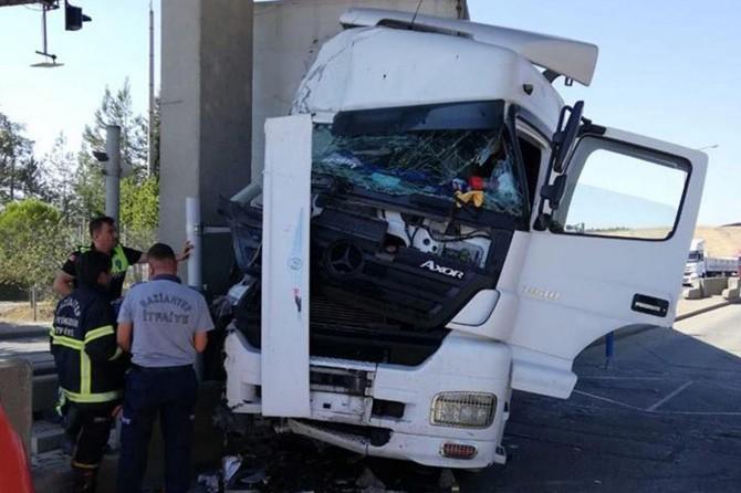Gaziantep Nurdağı'nda TIR, beton direğe çaptı: 2 yaralı