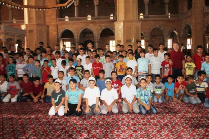 Adana'da namaz eğitimi alan çocuklar camide buluştu