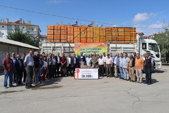 Elazığ'da Genç Çiftçi Projesi kapsamında arıcılara kovan dağıtıldı