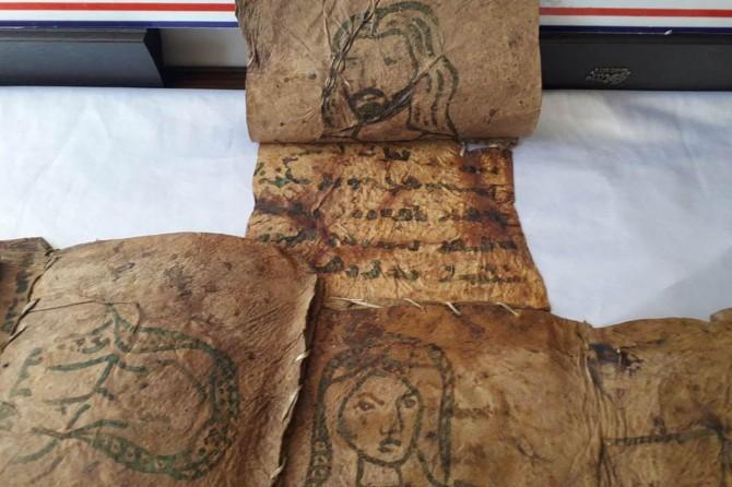 Hakkâri Çukurca'da monitörün içine gizlenen tarihi incil ele geçirildi