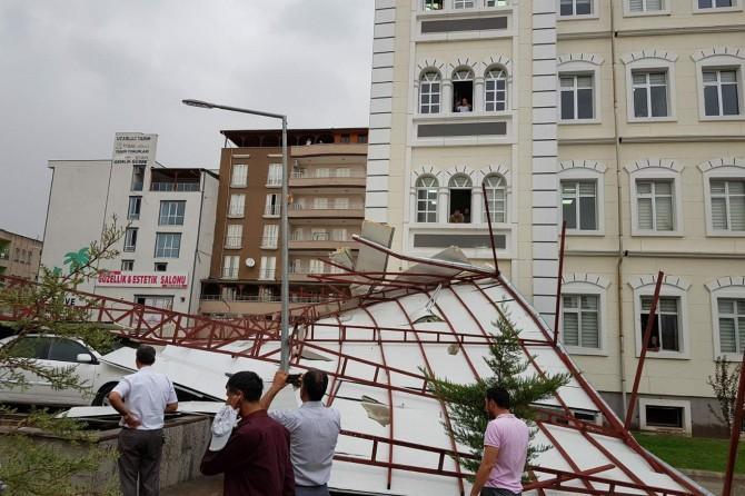 Adıyaman Kâhta'da şiddetli rüzgâr çatıyı uçurdu