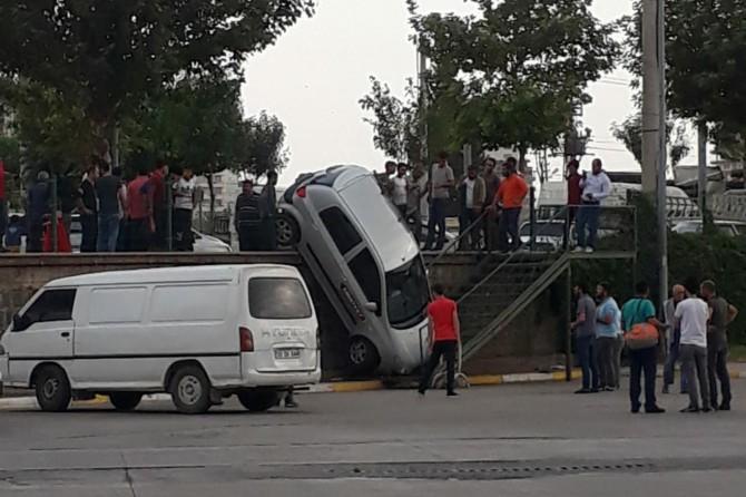 Şanlıurfa Siverek'te fren yerine gaza basan sürücü 2 metreden aşağı düştü