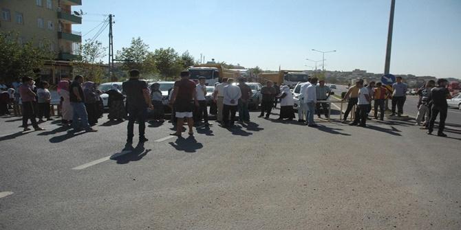 Çınar'da  mahalleli kadınlar sık sık kazaların yaşandığı yolu trafiğe kapattı