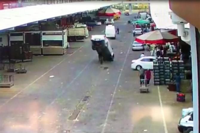 Diyarbakır Bağlar'da rögar kapağına çarpan araç kaza yaptı
