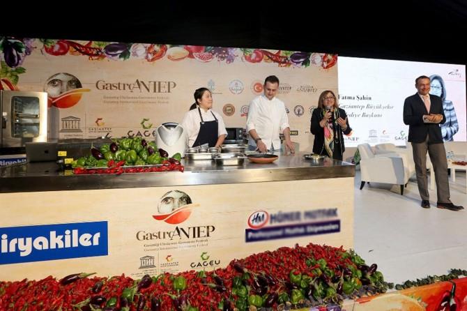 Ünlü şefler gastronomi festivalinde gösteri yaptı