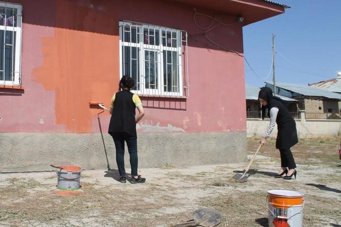 Muş'ta öğretmenler görev yaptıkları köy okulunu boyayıp temizledi
