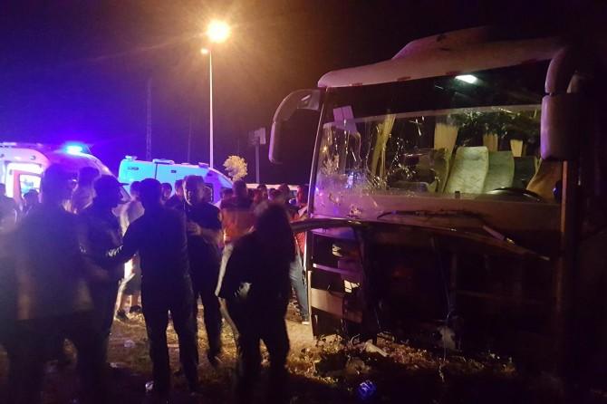 Bingöl'de kaza yapan otobüs uçurumun kıyısında durdu