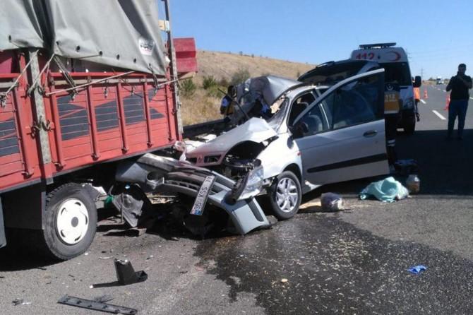 Ankara'da otomobil kamyona arkadan çarptı: 1 ölü 3 yaralı