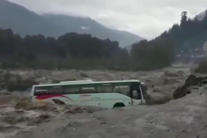 Hindistan'da otobüs sel sularına kapıldı