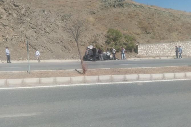 Araç istinat duvarına çarptı: Bir yaralı