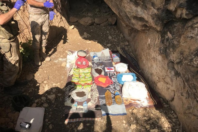 Siirt Eruh'ta PKK'ye ait yaşam malzemeleri ele geçirildi