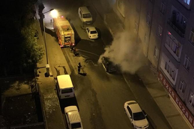 Diyarbakır'da park halindeki araç bir anda alev topuna döndü