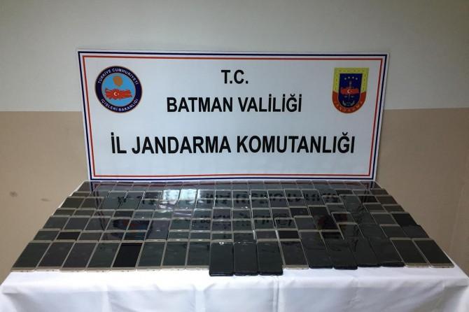 Batman'da kargo aracında kaçak cep telefonu ele geçirildi
