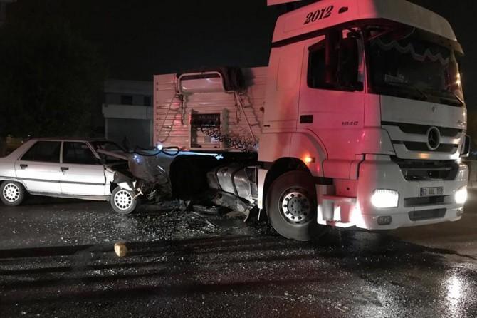 Şanlıurfa-Akçakale Karayolu'nda otomobil TIR'a çarptı: 3 ölü 2 yaralı