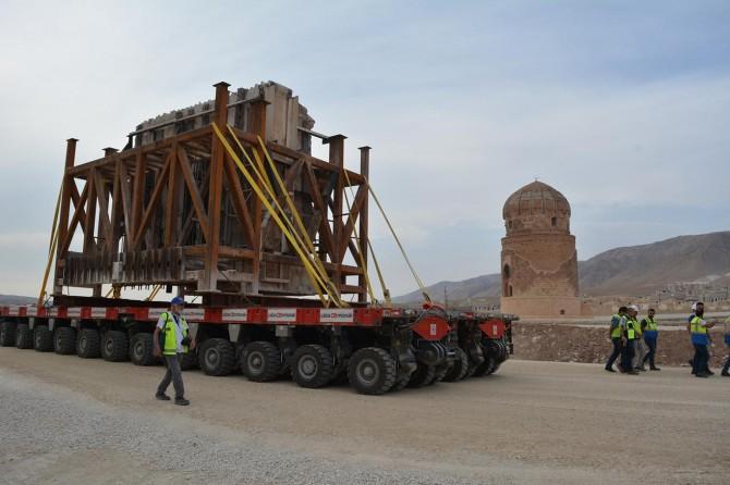 Hasankeyf Kalesi Orta Kapısı'nın üçüncü parçası yeni yerine taşındı