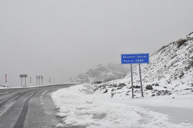 Karabet Geçidi'nde kar yağışı başladı