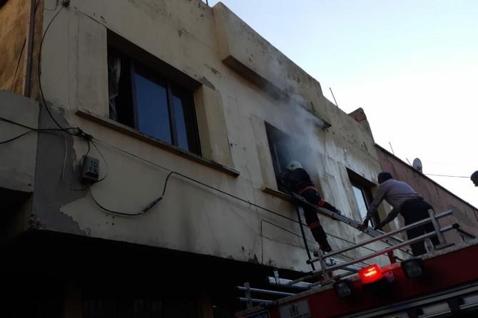 Yangında mahsur kalan aileyi itfaiye ekipleri kurtardı