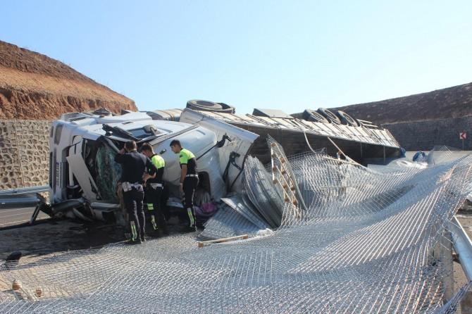 Virajı alamayan kamyon devrildi: Bir ölü bir yaralı