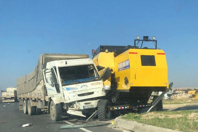 Mardin Nusaybin'de biçerdöver ile kamyon çarpıştı