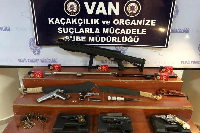 Van'da 2 iş yerinde ruhsatsız silahlar ele geçirildi