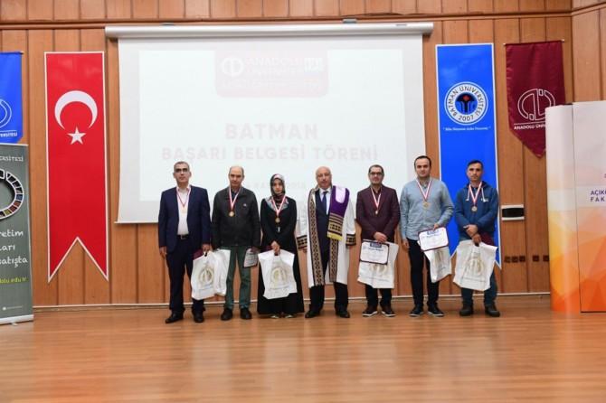 Batman'da üniversite öğrencilerine başarı belgesi verildi