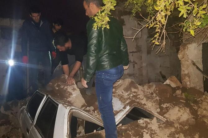 0tomobil yıkılan harabe evin altında kaldı