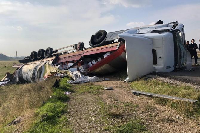 Nusaybin-Cizre Karayolunda devrilen TIR'ın sürücüsü yaralandı