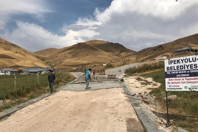 İpekyolu Belediyesi kırsal mahallelere kilitli taş döşüyor
