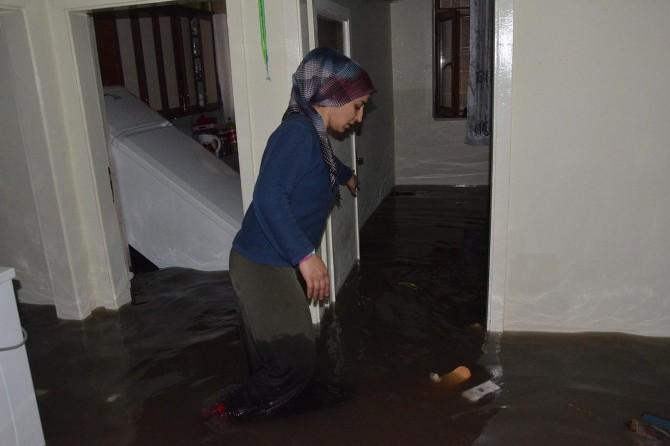 Diyarbakır'da altyapı sorunu nedeniyle ev ve iş yerlerini su bastı