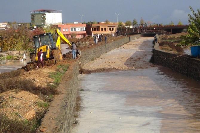 Çınar'da sulama kanalından taşan su mahalleyi bastı