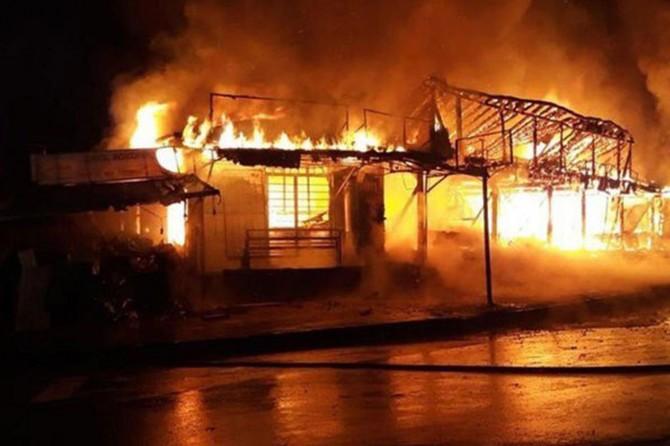 Sakarya Karasu'da çıkan yangında 30 dükkan küle döndü