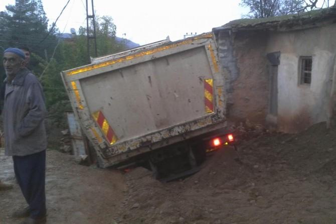 Batman'ın Kozluk ilçesinde hafriyat kamyonu çöken yolda mahsur kaldı