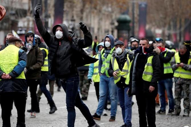 Göstericiler Elysee Sarayına yürüyor