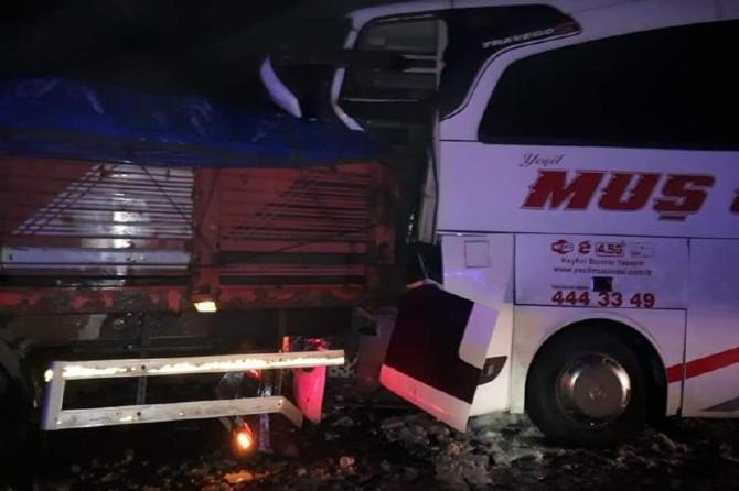 Bingöl- Elazığ Karayolu'nda yolcu otobüsü ve kamyonun karıştığı kazada 9 kişi yaralandı