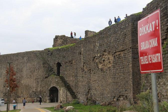 Diyarbakır'da yasağa ve tehlikeye aldırış etmeden surlara çıkıyorlar