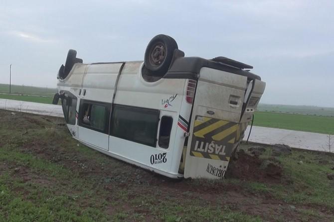 Siverek Azıklı okulu öğretmenlerini taşıyan minibüs takla attı: 12 yaralı