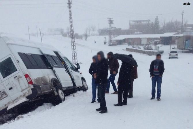 Ağrı Eleşkirt'te servis minibüsü ile otomobil çarpıştı: 23 yaralı