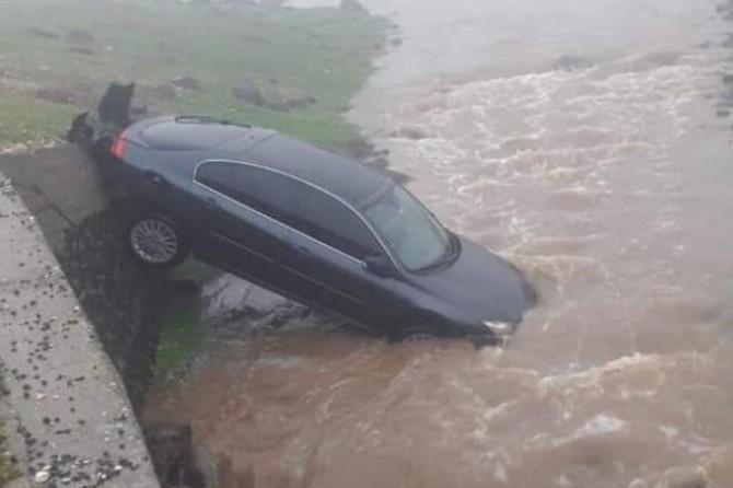 Viranşehir-Diyarbakır Karayolu'nda otomobil dereye düştü